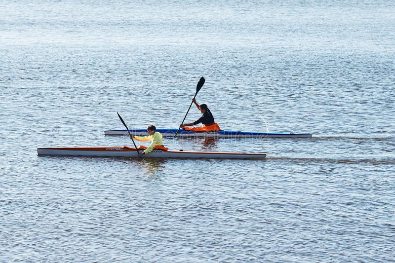 荡桨独木舟的运动员训练  免版税库存图片