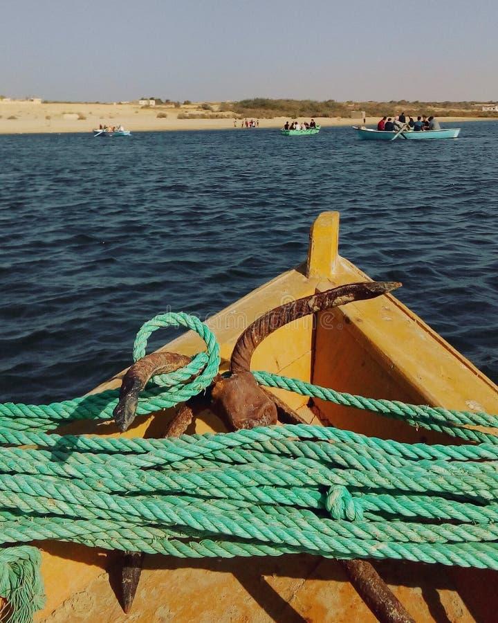 荡桨通过一个古老湖在埃及 库存图片