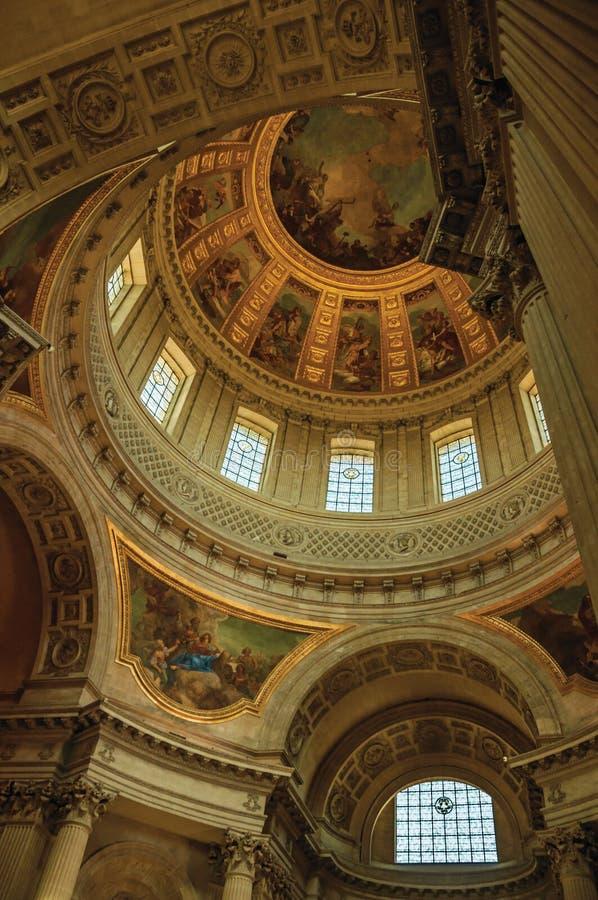 荣军院宫殿的富有地装饰的和被绘的圆顶的里面看法在巴黎 免版税库存照片