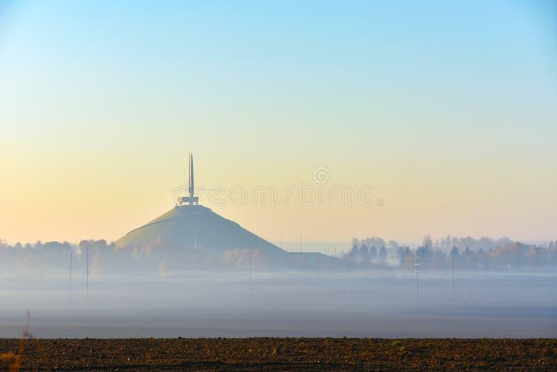 荣耀纪念复杂土墩在雾的 免版税库存照片