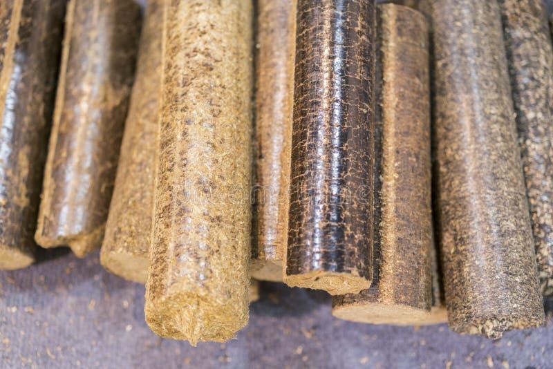 药丸关闭  木药丸关闭  生物燃料 生物量药丸-便宜的能量 锚窝 图库摄影