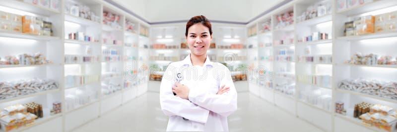 药剂师化学家和医生妇女亚洲有stethoscop的 免版税库存图片