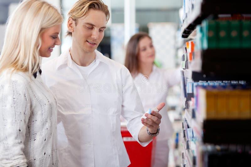 药剂师和顾客药房的 免版税库存图片