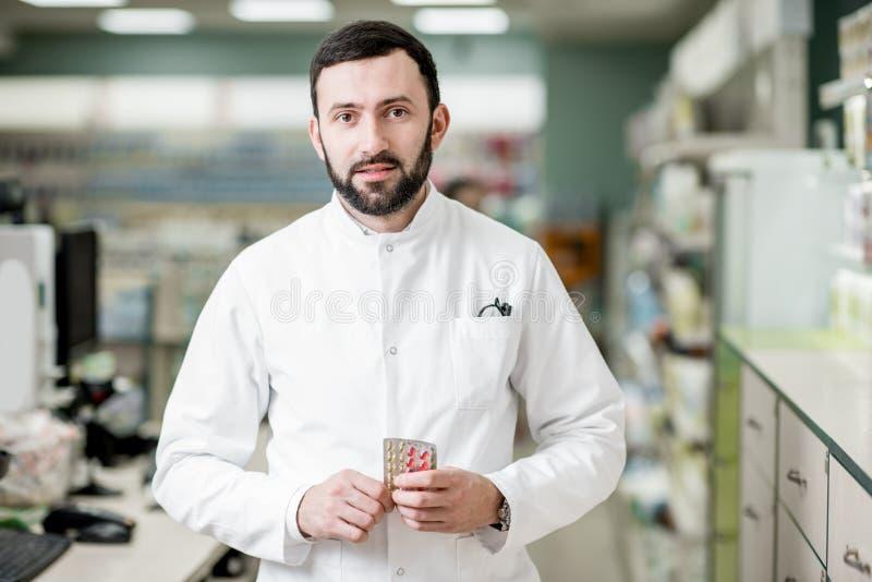 药剂师在药房商店 图库摄影