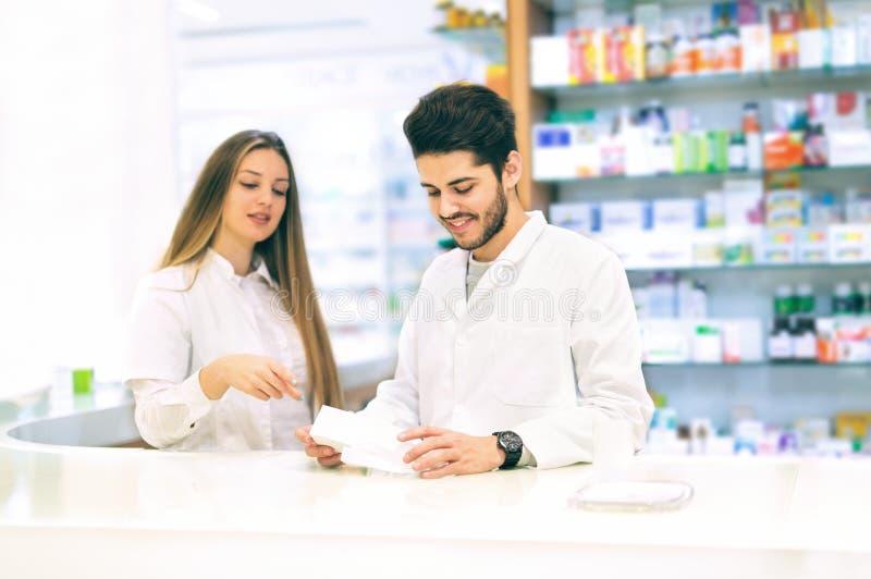 药剂师在药房的包装药物 免版税库存照片