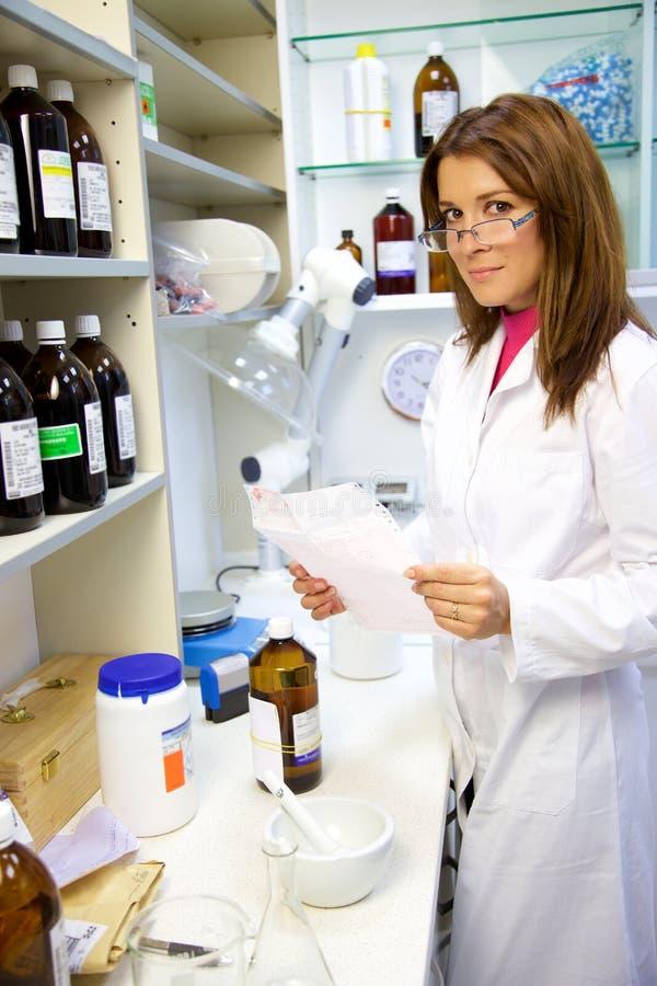 药剂师在运作在医学的实验室 免版税图库摄影