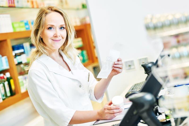 药剂师工作在药房药房的化学家妇女 库存照片