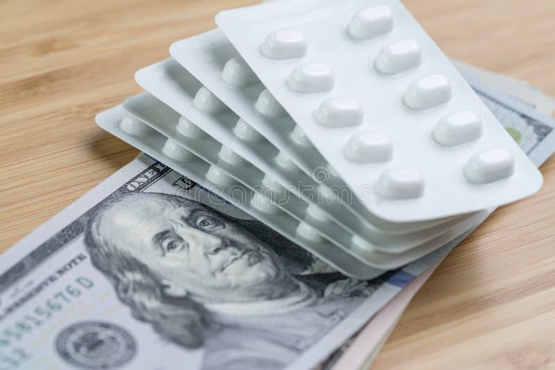 药房、医疗保健或者医疗费用概念,白色包裹  库存照片