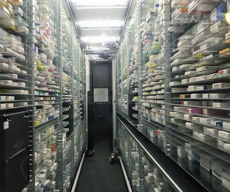 药房仓库应用的自动自动拾取放置的机器人 库存照片