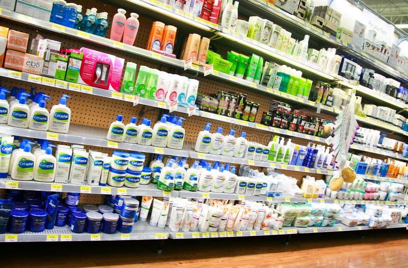 药房化妆用品和化妆水走道 库存图片