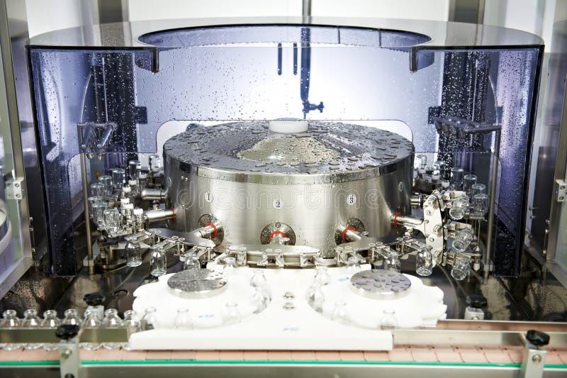 药房在洗涤的医学玻璃器皿 库存照片