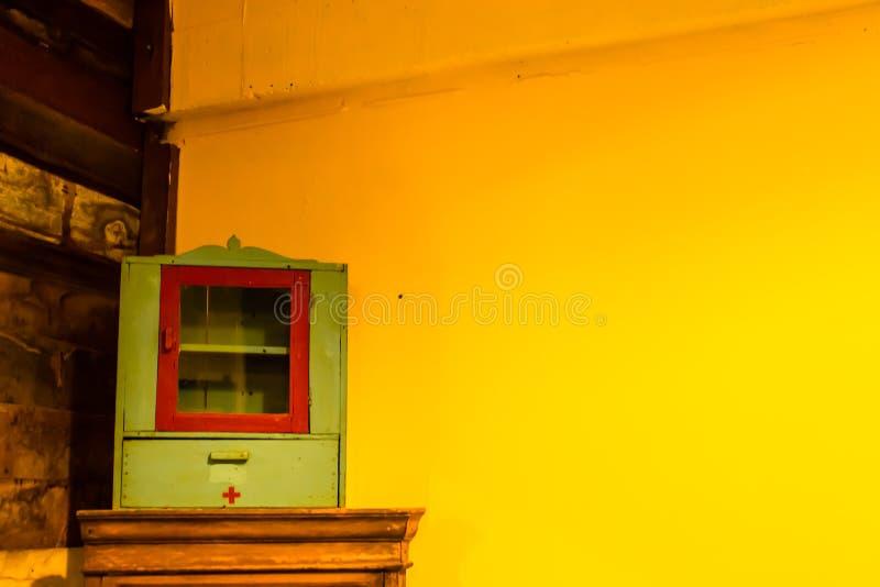 药柜木头和膏药墙壁绘了黄色 库存照片