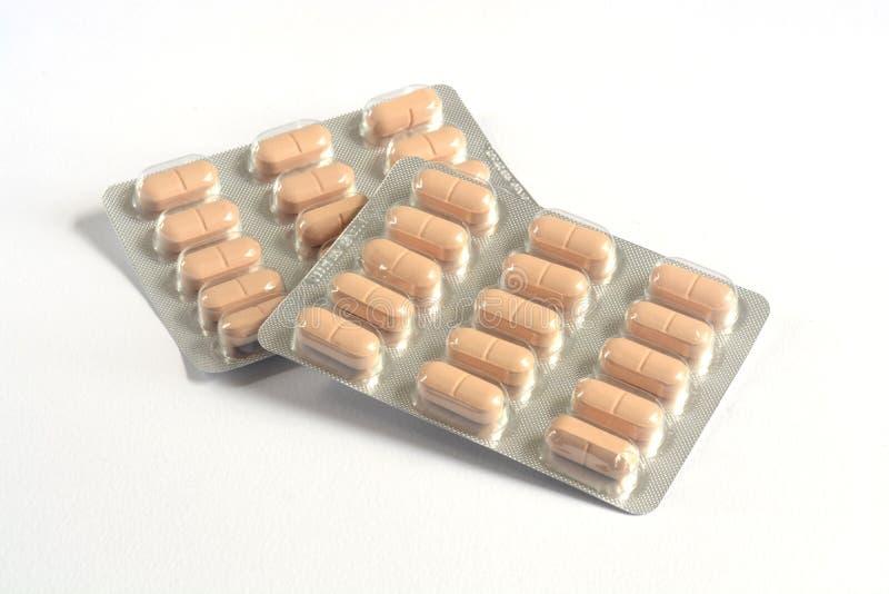 药片、片剂和药物在白色背景 免版税库存照片