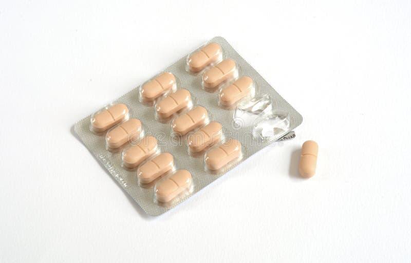 药片、片剂和药物在白色背景 库存照片