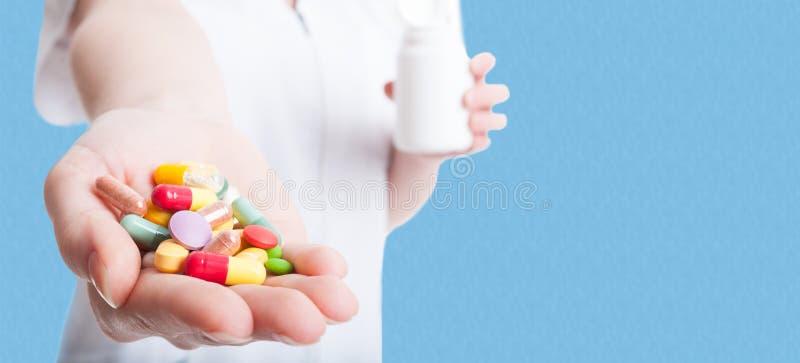 药片、片剂和药物在医生手上 免版税库存图片