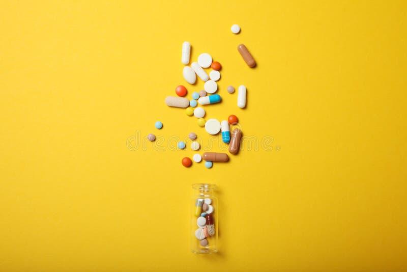 药片和毒瘾 抗生素,阿斯匹灵,钙 紧急概念 免版税库存照片