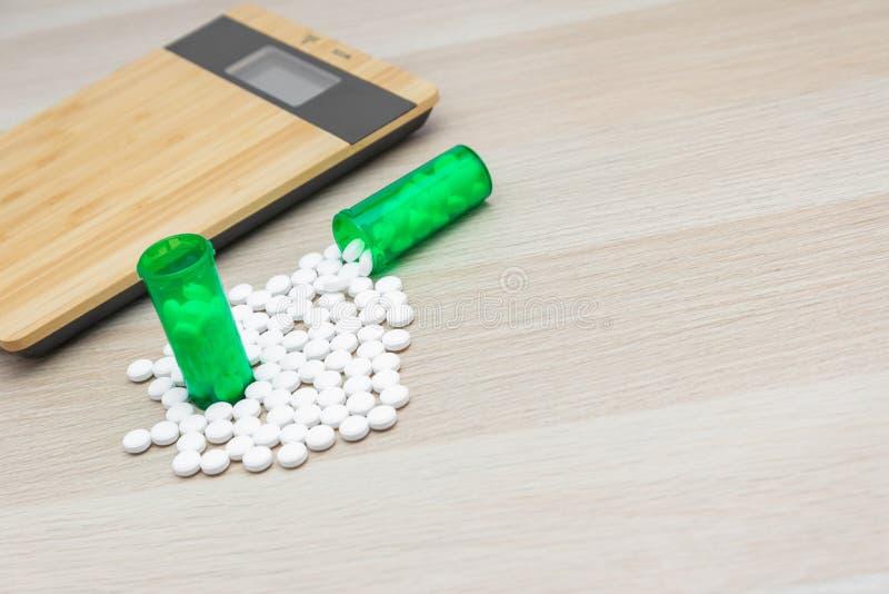 药片和绿色瓶 免版税库存照片