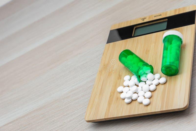 药片和绿色瓶 免版税库存图片
