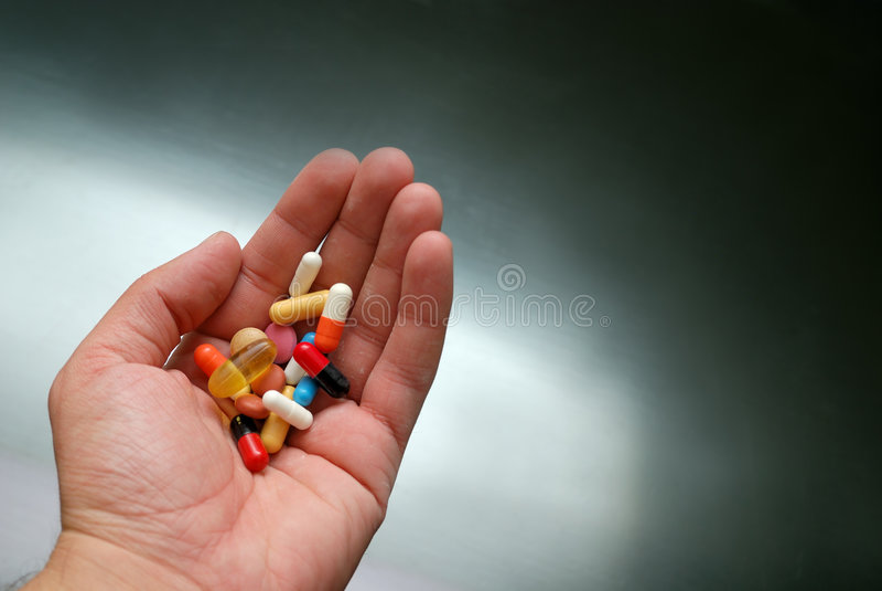 药片在手中 免版税库存照片