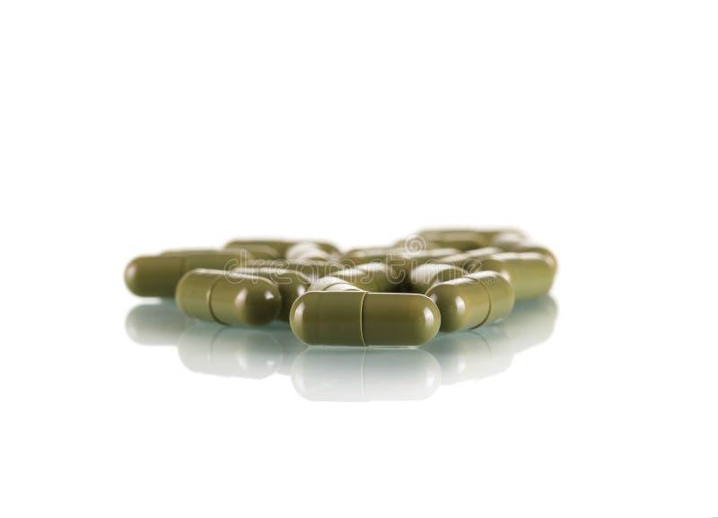 药片在白色背景隔绝的胶囊绿色 免版税库存图片