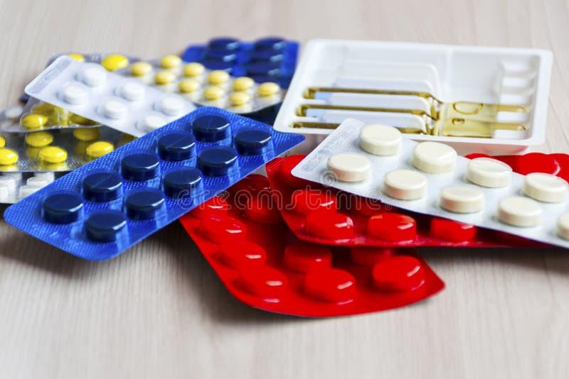 药片散装在桌上的 免版税库存图片