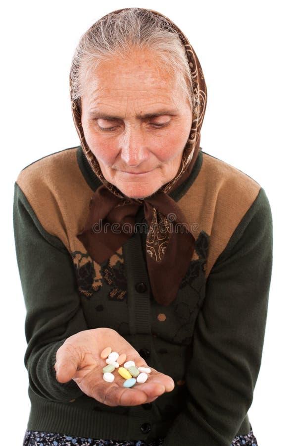 药片高级采取的妇女 免版税库存照片
