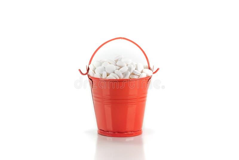 药片,在红色金属桶的片剂 免版税库存图片