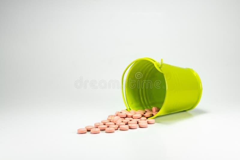 药片,在绿色金属桶的片剂 免版税库存图片