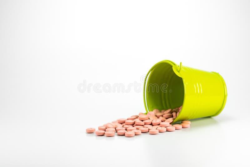 药片,在绿色金属桶的片剂 库存照片