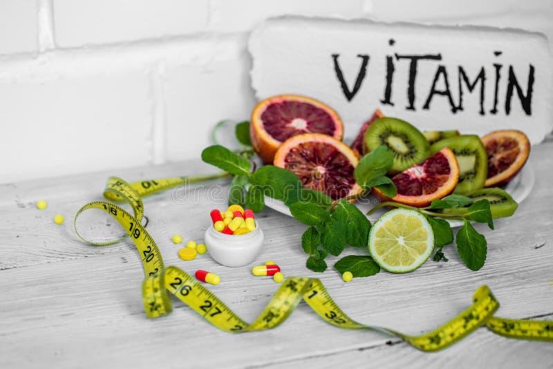 药片维生素和果子 免版税库存照片