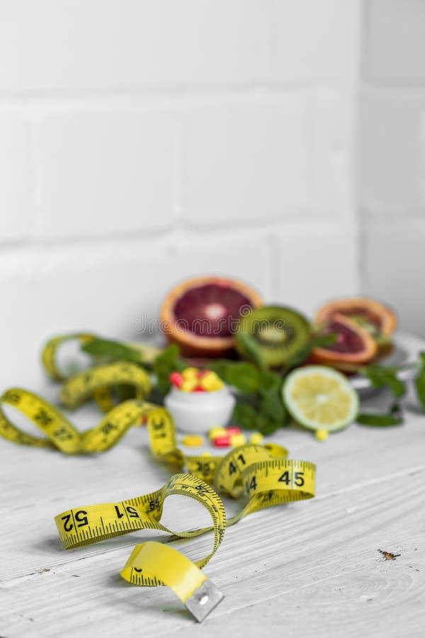 药片维生素和果子 免版税图库摄影