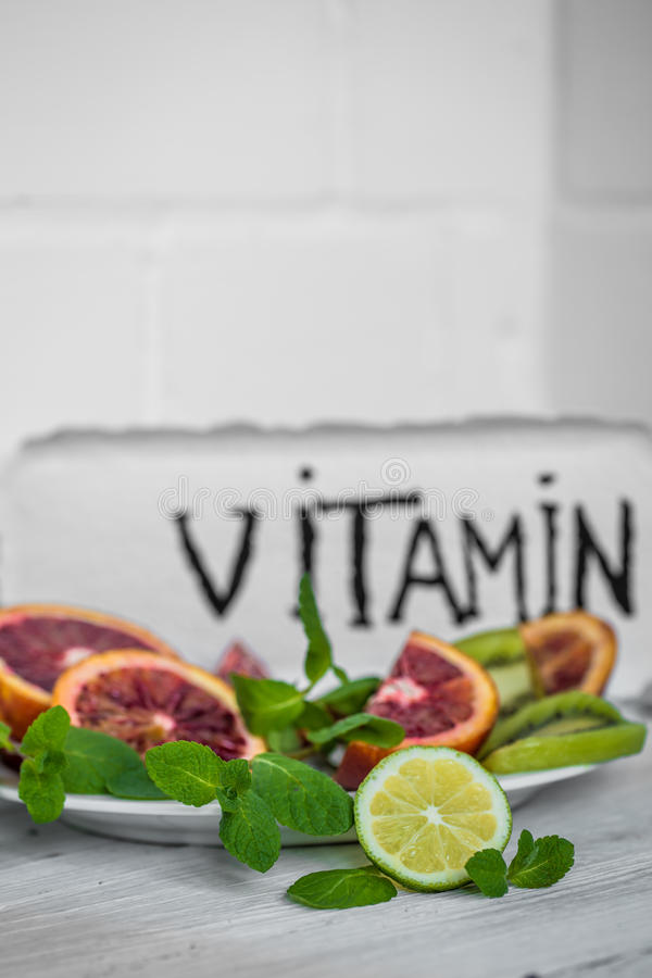 药片维生素和果子 库存图片