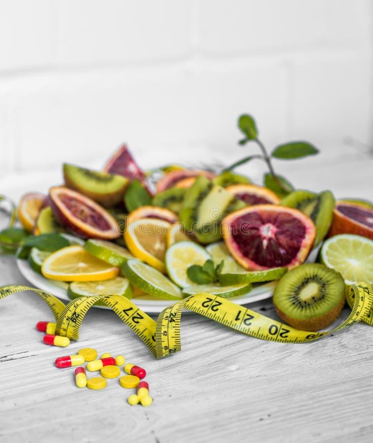 药片维生素和果子 库存照片