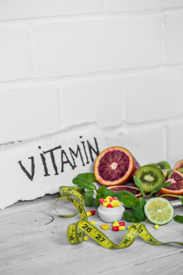 药片维生素和果子 图库摄影