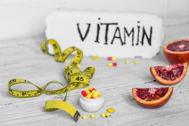 药片维生素和果子 免版税库存图片