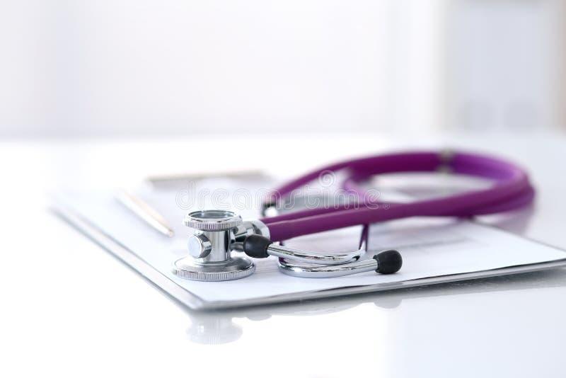 药物史说谎在与听诊器和银笔的桌上的纪录形式 医学或药房概念 医疗 库存图片