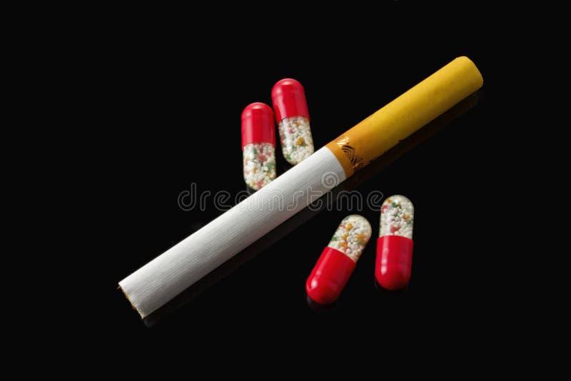 药物和香烟 免版税图库摄影
