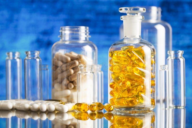 药物或膳食补充剂在玻璃容器 库存图片