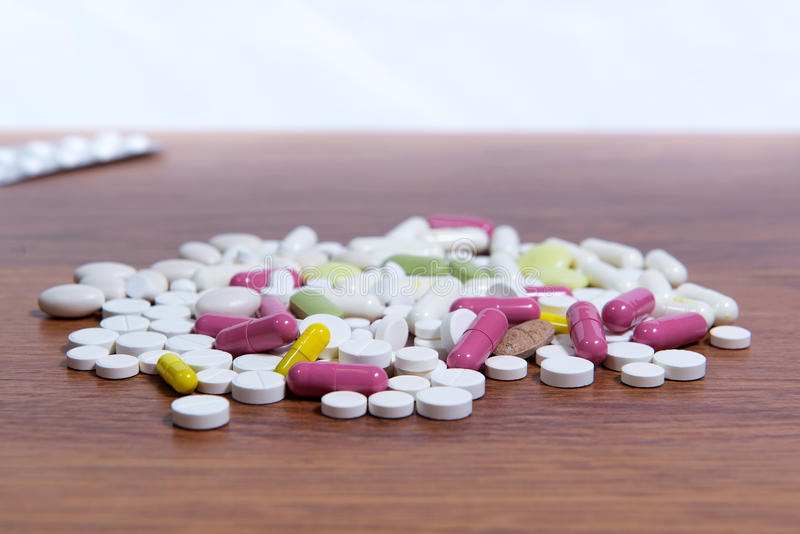 药物的不同的类型在桌上驱散 疾病的治疗与现代方法的 同种疗法和化学制品 库存照片