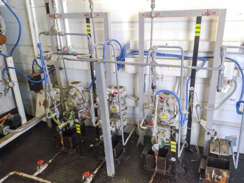 药量在试剂块的泵浦 化学制品被投向系统更好分成细层油和水乳化液 免版税库存照片