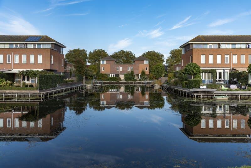 荷兰分隔的现代房子 免版税库存图片