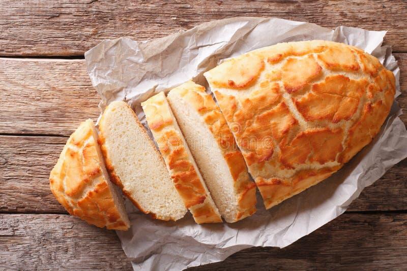 荷兰咬嚼面包被切的特写镜头 水平的顶视图,土气 免版税库存图片