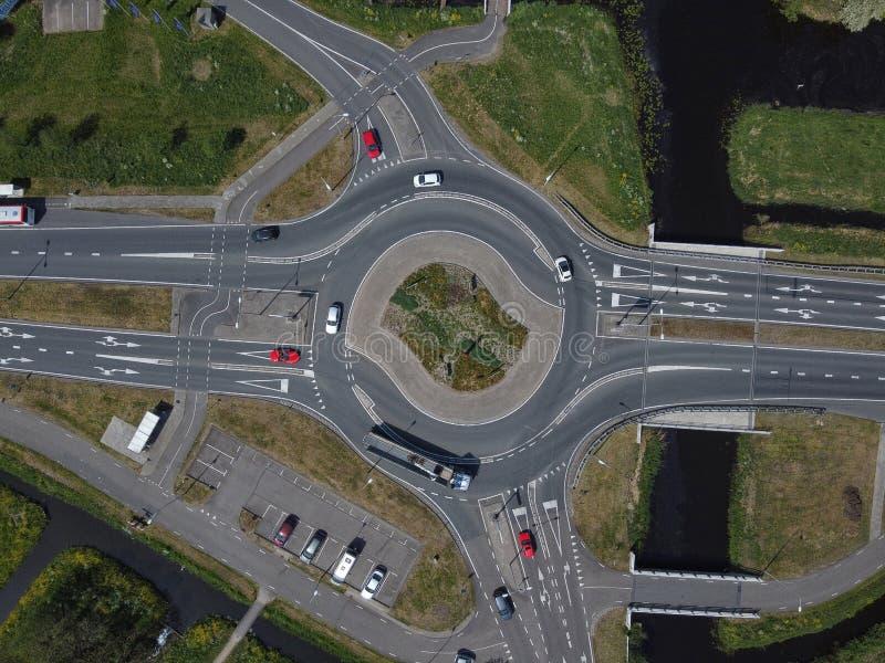 荷兰城市地区一条主要道路上交通环形交叉路口的空中自上而下视图 免版税库存照片