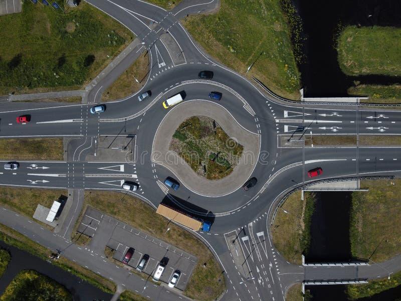 荷兰城市地区一条主要道路上交通环形交叉路口的空中自上而下视图 免版税库存图片