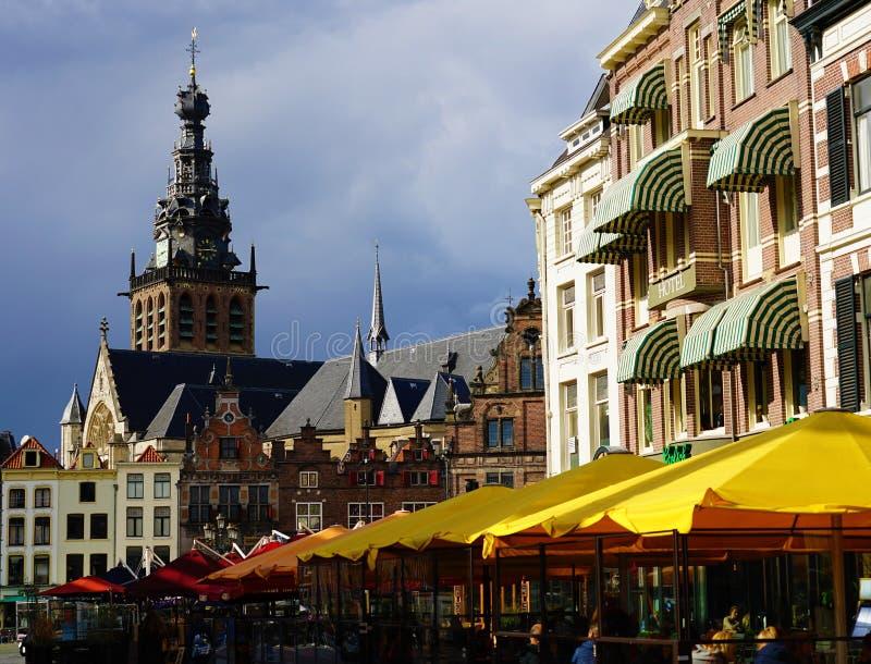 荷兰尼梅根:2019年10月2日:Nijmegen和Stevenskerk教堂的Grote Markt市场 免版税图库摄影