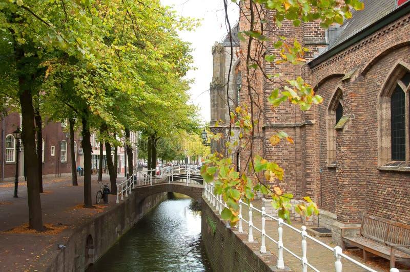 荷兰德尔夫特沿着一条典型的荷兰运河的历史建筑 图库摄影
