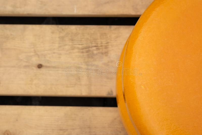 荷兰扁圆形干酪特写镜头在木板台背景的 库存照片