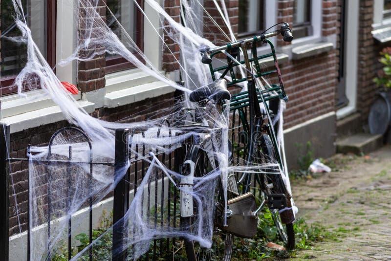 荷兰扁圆形干酪,南荷兰省/荷兰- 2018年10月27日:装饰的自行车为万圣节 图库摄影