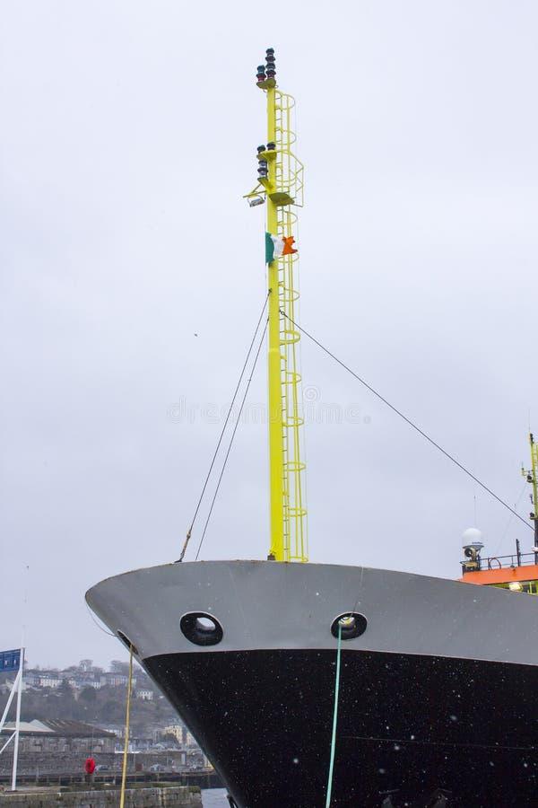 荷兰水产业研究船Tridens的弓在雪风暴期间的,当停泊在肯尼迪码头在黄柏港口爱尔兰时 图库摄影