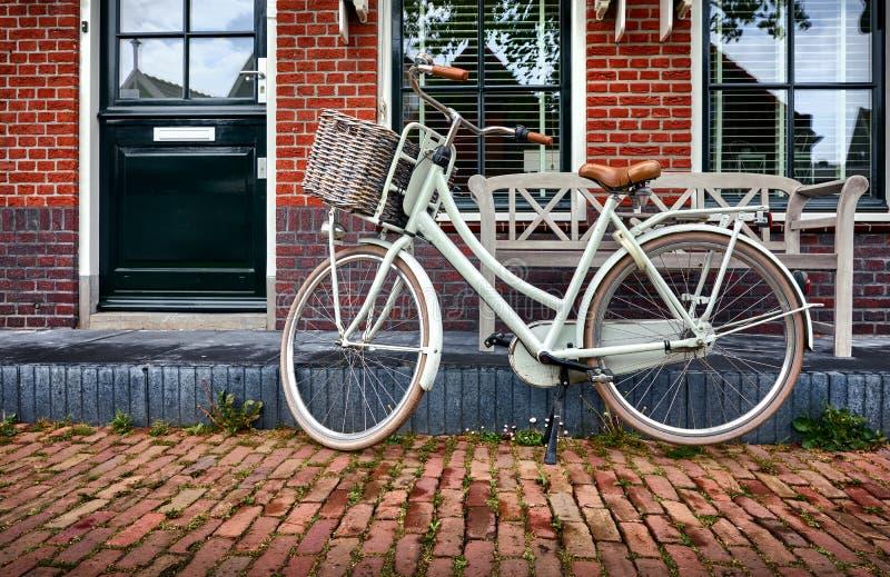 荷兰沃伦丹 白色复古自行车 免版税库存图片